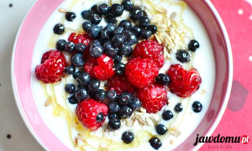 Musli z jogurtem, owocami i miodem