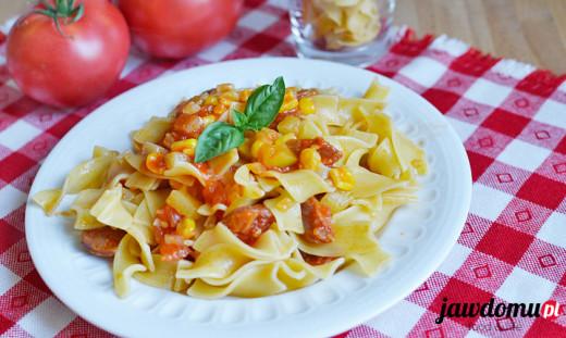 Makaron z chorizo, pomidorami i cukinią