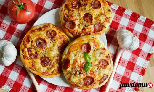 Pizzerinki z chorizo i cheddarem